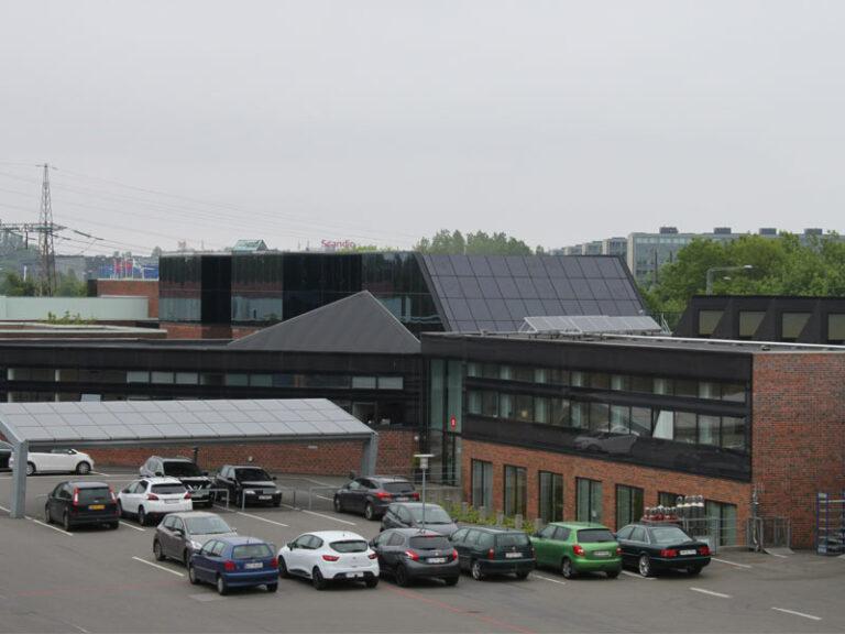 Solceller på skrå plan og solcellecarport